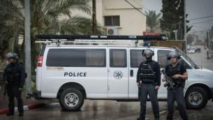 قوى الأمن الإسرائيلية تسد طريقا في قرية عرعرة العربية شمال إسرائيل، 8 يناير، 2016، خلال تعقب نشأت نلحم. (Basel Awidat/Flash90)