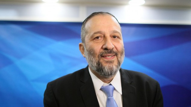 وزير الداخلية أرييه درعي في الإجتماع الأسبوعي للحكومة، القدس، 10 يناير، 2016. (Alex Kolomoisky/POOL)