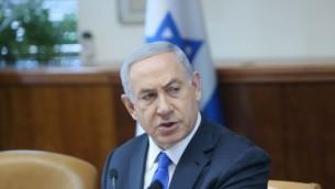 رئيس الوزراء بينيامين نتنياهو يترأس الجلسة الأسبوعية للحكومة في مكتب رئيس الوزراء، القدس، 10 يناير، 2016. (Alex Kolomoisky/POOL)