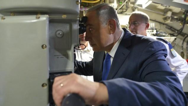 """رئيس الوزراء بينيامين نتنياهو على متن الغواصة الجديدة """"راهف"""" في القاعدة البحرية في حيفا، 12 يناير، 2016. (Kobi Gideon/GPO)"""