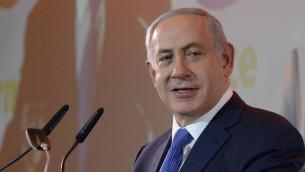 رئيس الوزراء بنيامين نتنياهو يتحدث خلال احتفال في العام الجديد مع ممثلي الصحافة الاجنبية في القدس، 14 يناير 2016 (Amos Ben Gershom/GPO)
