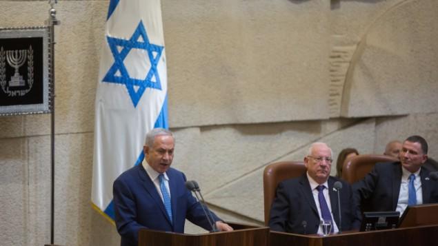 رئيس الوزراء بينيامين نتنياهو يلقي خطابا في الكنيست خلال جلسة إحتفالية خاصة في 19 يناير، 2016. (Yonatan Sindel/Flash90)