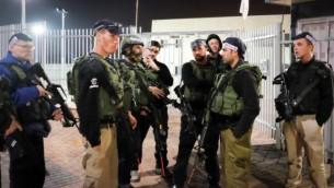 سكان وعناصر أمن مدنيين في مستوطنة إفرات بالضفة الغربية يشاركون في تمرين ليلي لمكافحة الهجمات، 20 يناير، 2015. (Gershon Elinson/FLASH90)