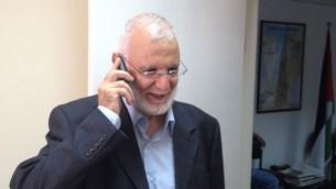 النائب في المجلس التشريعي الفلسطيني محمد أبو طير يتلقى التهاني بعد إطلاق سراحه من السجن، رام الله، 30 يونيو، 2015. (Elhanan Miller/Times of Israel)