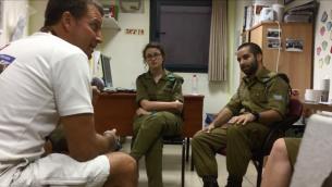 مايكل غانو، مدير منظمة 'هيرشي للابطال' يتحدث مع مجموعة جنود اسرائيليين في قاعدتهم في 25 اغسطس 2015 (Screen capture)