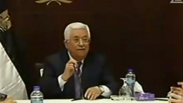 رئيس السلطة الفلسطينية محمود عباس خلال لقاء مع صحافيين إسرائيليين في مكتبه في رام الله، 21 يناير، 2016. (لقطة شاشة: القناة 2)