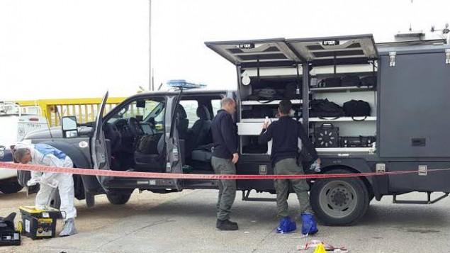 قوات الامن الإسرائيلية في موقع محاولة تنفيذ هجوم طعن في مستوطنة عنتوت في الضفة الغربية، 23 يناير 2016 (Israel Police)