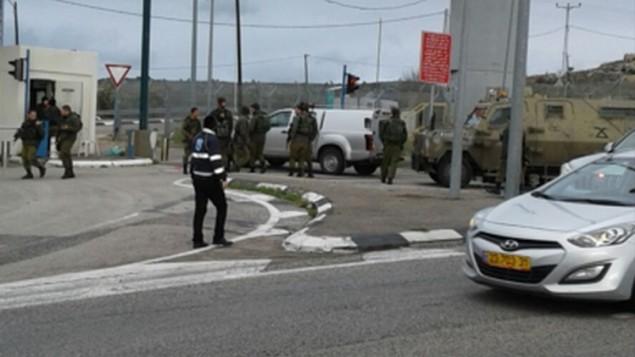 قوات الامن في موقع هجوم دهس محتمل في شارع 443 بالقرب من القدس ادى الى اصابة جندي، 26 يناير 2016 (Israel Hatzolah)