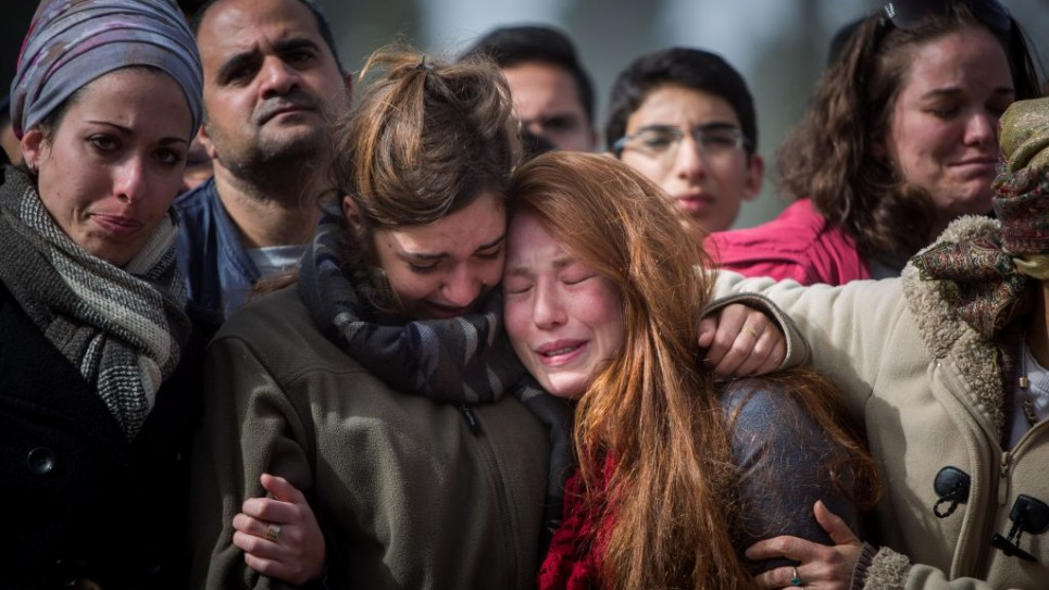 عائلة واصدقاء دافنة مئير خلال جنازتها في القدس 18 يناير 2016 (فلاش 90)