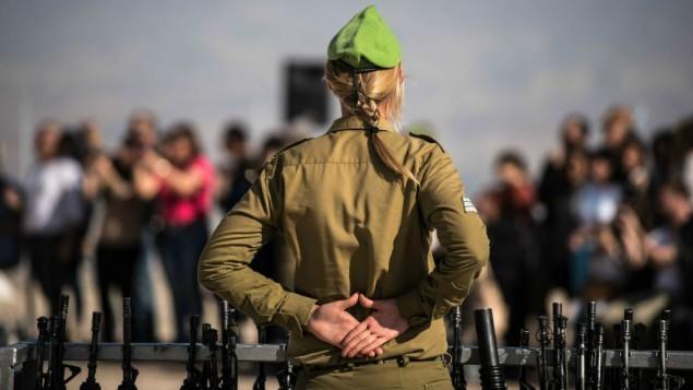 صورة توضيحية لقائدة في الجيش الإسرائيلي خلال طقوس أداء اليمين لمجندات في 18 فبراير، 2015. (IDF Spokesperson's Unit/ Flickr)