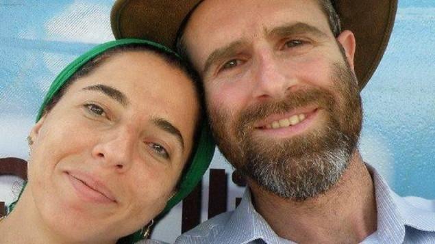 دفنا مئير، من اليسار، وزوجها ناتان مئير في صورة نُشرت على موقع فيسبوك. (لقطة شاشة: Facebook)