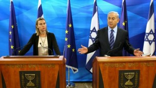 رئيس الوزراء الإسرائيلي بينيامين نتنياهو يعقد مؤتمرا صحفيا مشتركا مع وزيرة خارجية الإتحاد الأوروبي، فيديريكا موغيريني، في القدس، 7 نوفمبر، 2014. (Amit Shabi/POOL/FLASH90)