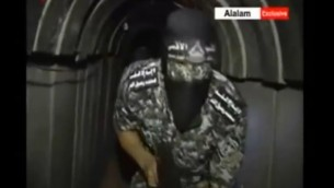 لقطة شاشة من تقرير للتلفزيون الإيراني يزعم بأنه يظهر نفقا جديدا لحماس يصل إلى داخل الأراضي الإسرائيلية، 28 يونيو، 2015. (Screenshot/Al-Alam)