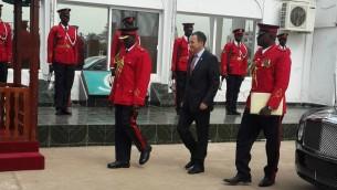 السفير الإسرائيلي الى غامبيا بول هيرشسون حرس الشرف في عاصمة غامبيا، بنجول، 12 يناير 2016 (Courtesy Israel Embassy, Dakar)