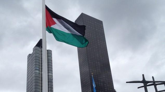 رفع العلم الفلسطيني خارج مقر الأمم المتحدة في نيويورك خلال الدروة ال70 للجمعية العامة للأمم المتحدة في 30 سبتمبر، 2015. (Raphael Ahren)