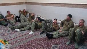 البحارة الأمريكيين الذي اطلقت ايران سراحهم، بعد ان دخلت زوارقهم المياه الاقليمية الإيرانية في اليوم السابق، 13 يناير 2016 (screen capture/Twitter)