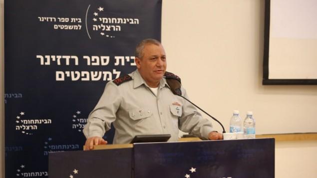 رئيس هيئة الأركان العامة للجيش الإسرائيلي خلال كلمة ألقاها أمام مؤتمر لإحياء ذكرى رئيس هيئة الأركان العامة الأسبق أمنون ليبكين شاحك في المركز متعدد المجالات في هرتسليا، 9 فبراير، 2016. (Adi Cohen Zedek/IDC Herzliya)