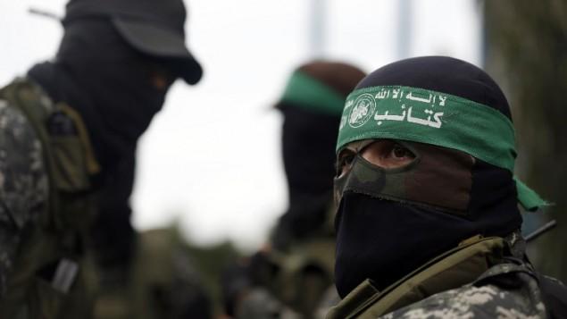 مقاتلو حماس يشاركون في جنازة أجريت في مدينة غزة في 29 يناير، 2016 لسبعة من رجال الحركة الذين قُتلوا في انهيار نفق. (AFP/Mohammed Abed)