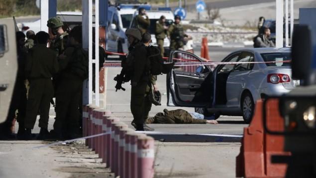 قوى الأمن الإسرائيلية في موقع هجوم إطلاق النار عند حاجز قريب من مستوطتة بيت إيل في الضفة الغربية الأحد، 31 يناير، 2016. (AFP / ABBAS MOMANI)