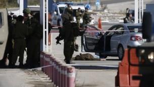 [توضيحية] قوات الأمن الإسرائيلية في موقع هجوم إطلاق نار عند حاجز بالقرب من مستوطنة بيت إيل في الضفة الغربية الأحد، 31 يناير، 2016. (AFP / ABBAS MOMANI)