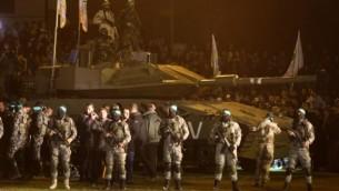 نطشاء فلسطينيون من الجناح العسكري لحركة حماس يقفون حول نموذج مقلد لدبابة إسرائيلية في 31 يناير، 2016 في مدينة غزة خلال تجمع للإشادة بالغزيين الذين قُتلوا في انهيار نفق. (AFP / MAHMUD HAMS)