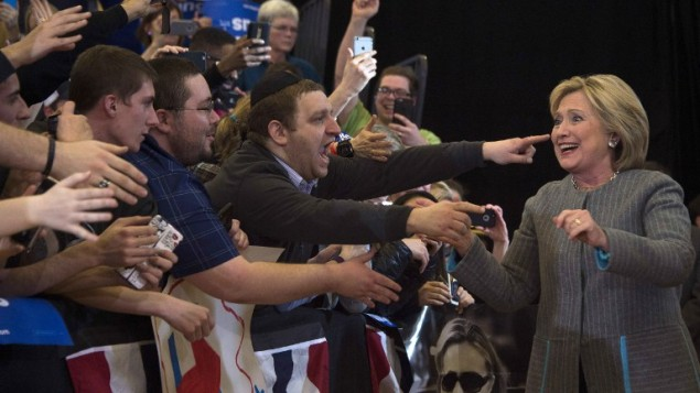 المرشحة عن الحزب الديمقراطي ووزيرة الخارجية الامريكية السابقة هيلاري كلينتون تحيي داعميها قبل تقديمها خطاب في مدرسة ابراهام لينكولن في ايوا، 31 يناير 2016 (JIM WATSON / AFP)
