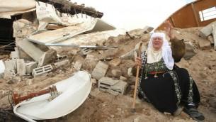 امرأة فلسطينية امام انقاض منزلها بعد هدمه من قبل السلطات الإسرائيلية جنوب مدينة الخليل في الضفة الغربية، 2 فبراير 2016 (Hazem Bader/AFP)