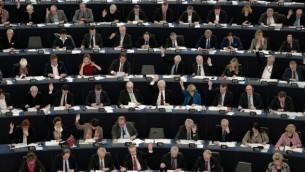 نواب في البرلمان الأوروبي يشاركون في جلسة تصويت في البرلمان الأوروبي في ستراسبوغ الفرنسية، 2 فبراير، 2016. (AFP / FREDERICK FLORIN)