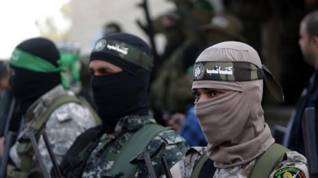 مسلحون فلسطينيون من كتائب عز الدين القسام، الجناح العسكري لحركة حماس، خلال جنازة  أحمد الزهار، أحد عناصر الجناح العسكري،  بالقرب من مخيم النصيرات للاجئين وسط قطاع غزة، 3 فبراير، 2016. (AFP / MAHMUD HAMS)