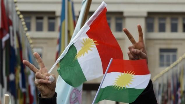 اكراد سوريون يرفعون علم كردستان اثناء التظاهر امام مكاتب الامم المتحدة خلال محادثات السلام السورية في جنيف، 3 فبراير 2016 (FABRICE COFFRINI / AFP)