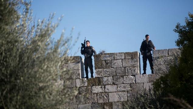 عناصر من شرطة حرس الحدود يقفون على أسوار البلدة القديمة في القدس في أعقاب هجوم نفذه 3 شبان فلسطينيون عند باب العامود، الذي يُعتبر مدخلا رئيسيا للبلدة القديمة، 3 فبراير، 2016. (Menahem Kahana/AFP)