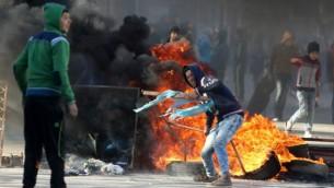 شبان فلسطينيون في إشتباكات مع القوات الإسرائيلية في قباطيا القريبة من جنين شمال الشفة الغربية، 4 فبراير، 2016. (Jaafar Ashtiyeh/AFP)