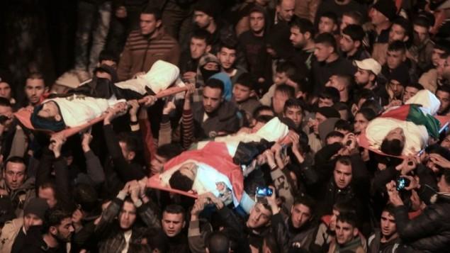 تشييع جثمان ثلاثة رجال قُتلوا برصاص قوات الأمن الإسرائيلية اثناء تنفيذ هجوم دام في القدس، 5 فبراير 2016 (AFP / JAAFAR ASHTIYEH)