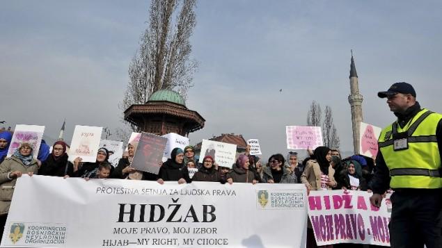 مظاهرة في البوسنة نظمت احتجاجا على قرار صدر اخيرا بمنع الحجاب في المؤسسات القضائية، 7 فبراير 2016 (ELVIS BARUKCIC / AFP)