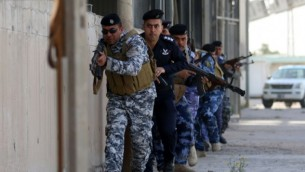 قوى الأمن العراقية، المسؤولة عن أمن الموانئ، تشارك في تدريب لمحاكاة هجوم في 8 فبراير، 2016 في ميناء أم القصر القريب من مدينة البصرة الجنوبية. (AFP / HAIDAR MOHAMMED ALI)