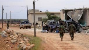 قوات الحكومة السورية في دورية بعد السيطرة على قرية كفين، في الضواحي الشمالية لمدينة حلب المحاصرة، من قوات المعارضة في 11 فبراير، 2016. (AFP / GEORGE OURFALIAN)