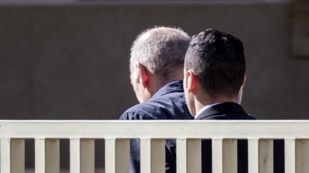 رئيس الوزراء السابق إيهود أولمرت (من اليسار) يصل إلى سجن 'معسياهو' في مدينة الرملة في مركز إسرائيل في 15 فبراير، 2016 حيث سيبدأ بقضاء عقوبة 19 شهرا بتهم تلقي الرشوة وعرقلة سير العدالة. (AFP / JACK GUEZ)