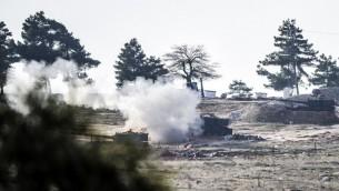 دبابات الجيش التركي تطلق النار بإتجاه سوريا، بالقرب من الحدود السورية على بعد بضعة كيلومترات من بوابة معبر أوكوبينار في كيليس، جنوب وسط تركيا، 15 فبراير، 2016.  (AFP / BULENT KILIC)