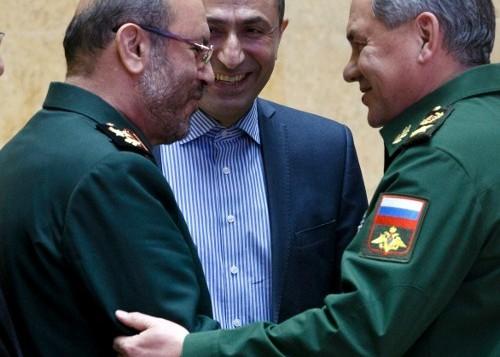 وزير الدفاع الروسي سيرغي شويغو يلتقي بنظيره الايراني حسين دهقان في موسكو، 16 فبراير 2016 (VADIM SAVITSKY / POOL / AFP)