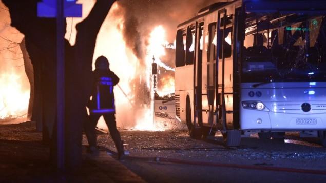 رجال الإطفاء يحاولون التغلب على ألهبة النار في أعقاب إنفجار بعد أن استهدف هجوم قافلة مركبات عسكرية في انقرة، 17 فبراير، 2016. (AFP / STRINGER)