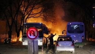 شرطي في ساحة هجوم بسيارة مفخخة في انقرة، 17 فبراير 2016 (AFP / CIHAN NEWS AGENCY / STRINGER)