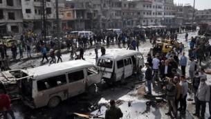 موقع تفجيز مزدوج بسيارات مفخخة في حي الزهراء في مدينة حمص، وسط سوريا، 21 فبراير 2016 (AFP / STRINGER)