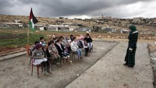 معلمة فلسطينية تعلم صف اطفال بدو في بلدة ابو انوار بالقرب من مستوطنة معاليه ادوميم في الضفة الغربية، 23 فبراير 2016 (AFP / AHMAD GHARABLI)