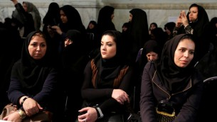 نساء إيرانيات خلال جلسة للحزب الإيراني المحافظ قبل الانتخابات في طهران، 23 فبراير 2016 (Atta Kenare/AFP)