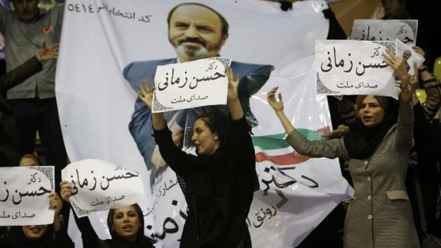 نساء ايرانيات يرفعن لافتات دعم لاحد المرشحين للانتخابات البرلمانية في ايران، 23 فبراير 2016 (BEHROUZ MEHRI / AFP)