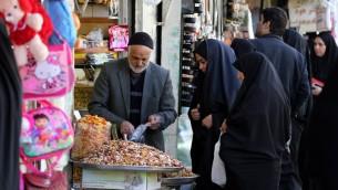 ايرانيون يتسوقون في البازار الكبير في مدينة قم، 130 كلم جنوب طهران، 24 فبراير 2016 (ATTA KENARE / AFP)