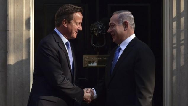 """رئيس الوزراء البريطاني ديفيد كاميرون، من اليسار، يرحب بنظيره الإسرائيلي بينيامين نتنياهو خارج """"داونينغ ستريت 10"""" قبيل إجتماعهما في لندن، 10 سبتمبر، 2015. (AFP/LEON NEAL)"""