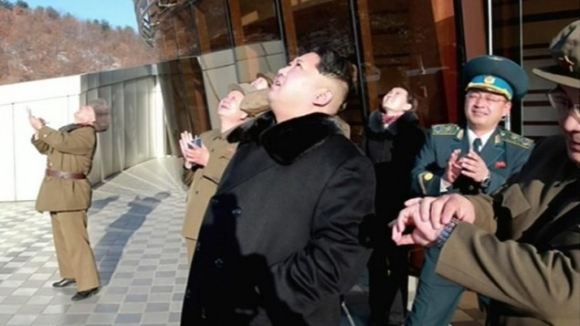 رئيس كوريا الشمالية كيم جونغ اون يشاهد اطلاق قمر صناعي في صورة ملتقطة من التلفزيون الكوري الشمالي، ونشرتها وكالة الانباء الكورية الجنوبية يونهاب في 7 فبراير 2016 (AFP PHOTO / North Korean TV via YONHAP)