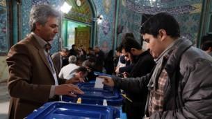 رجل ايراني يدلي بصوته في محطة اقتراع في طهران، 26 فبراير 2016 (ATTA KENARE / AFP)