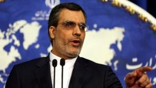 المتحدث الجديد بإسم وزارة الخارجية الإيرانية حسين جابري أنصاري، يتحدث خلال مؤتمر صحافي أسبوعي، العاصمة الإيرانية طهران، 14 ديسمبر، 2015. (AFP/ATTA KENARE)